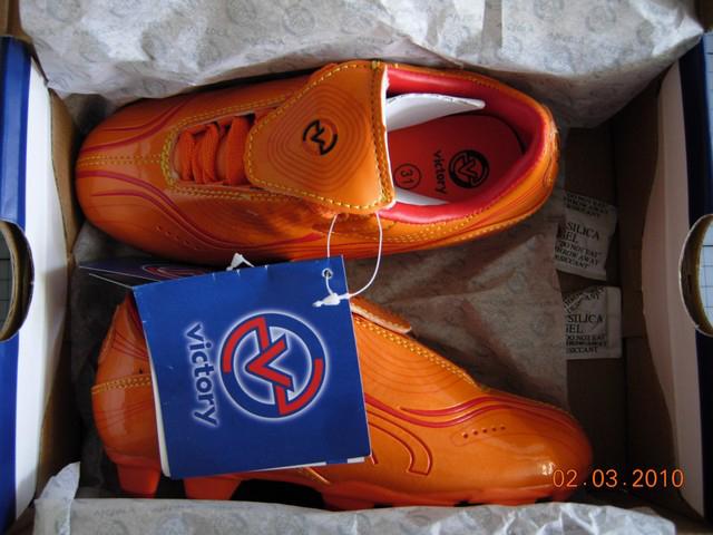 5dde931d8 Pár oranžových kopaček pro děti (velikost 31): svrchní materiál je  elastický oranžový plast s červenou obrubou; vložka je z oranžové látky na  vrstvě bílé ...